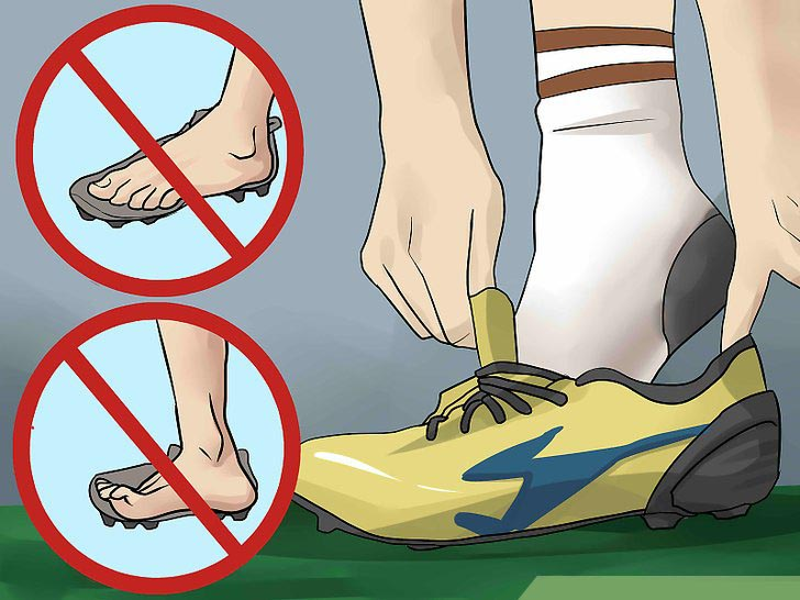 Giày bóng đá bị chật mũi khi ngón chân của bạn bị cong hoặc chạm kịch vào mũi giày