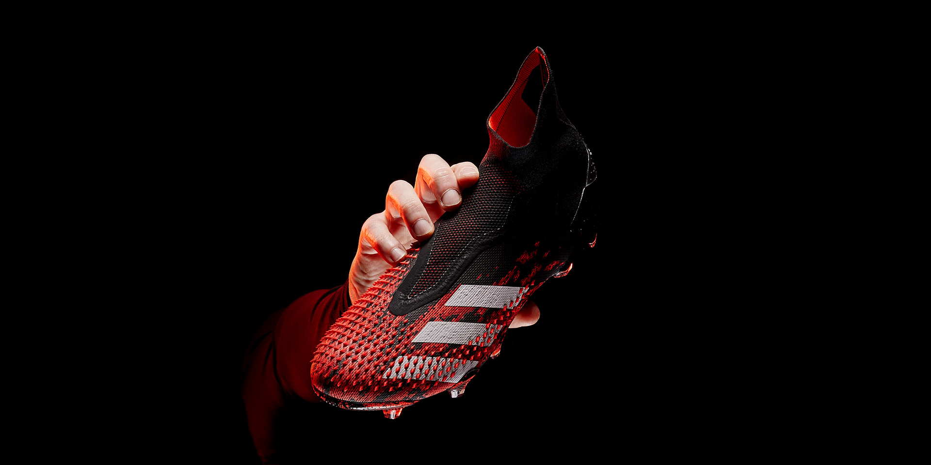 Dòng giày đá bóng kiểm soát bóng Adidas của cầu thủ chuyên nghiệp là Predator
