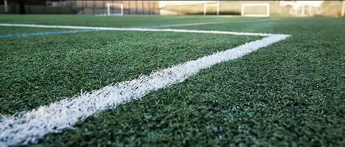 Mặt sân cỏ nhân tạo mới làm có chất lượng tốt có thể sử dụng giày đinh AG, MG