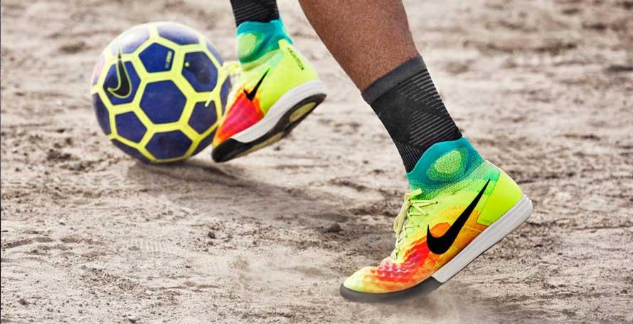 Bóng đá có thể chơi ở khắp mọi nơi mà chỉ cần đôi giày và quả bóng