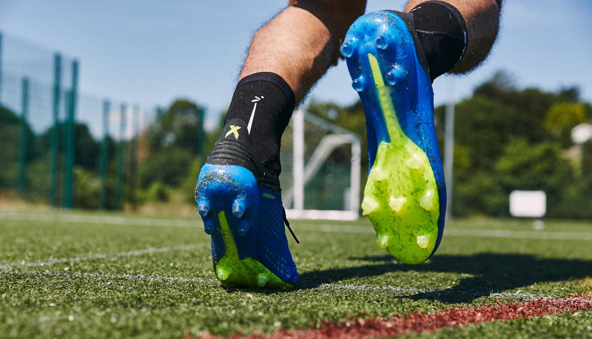 Giày bóng đá của cầu thủ chuyên nghiệp thường có trọng lượng nhẹ