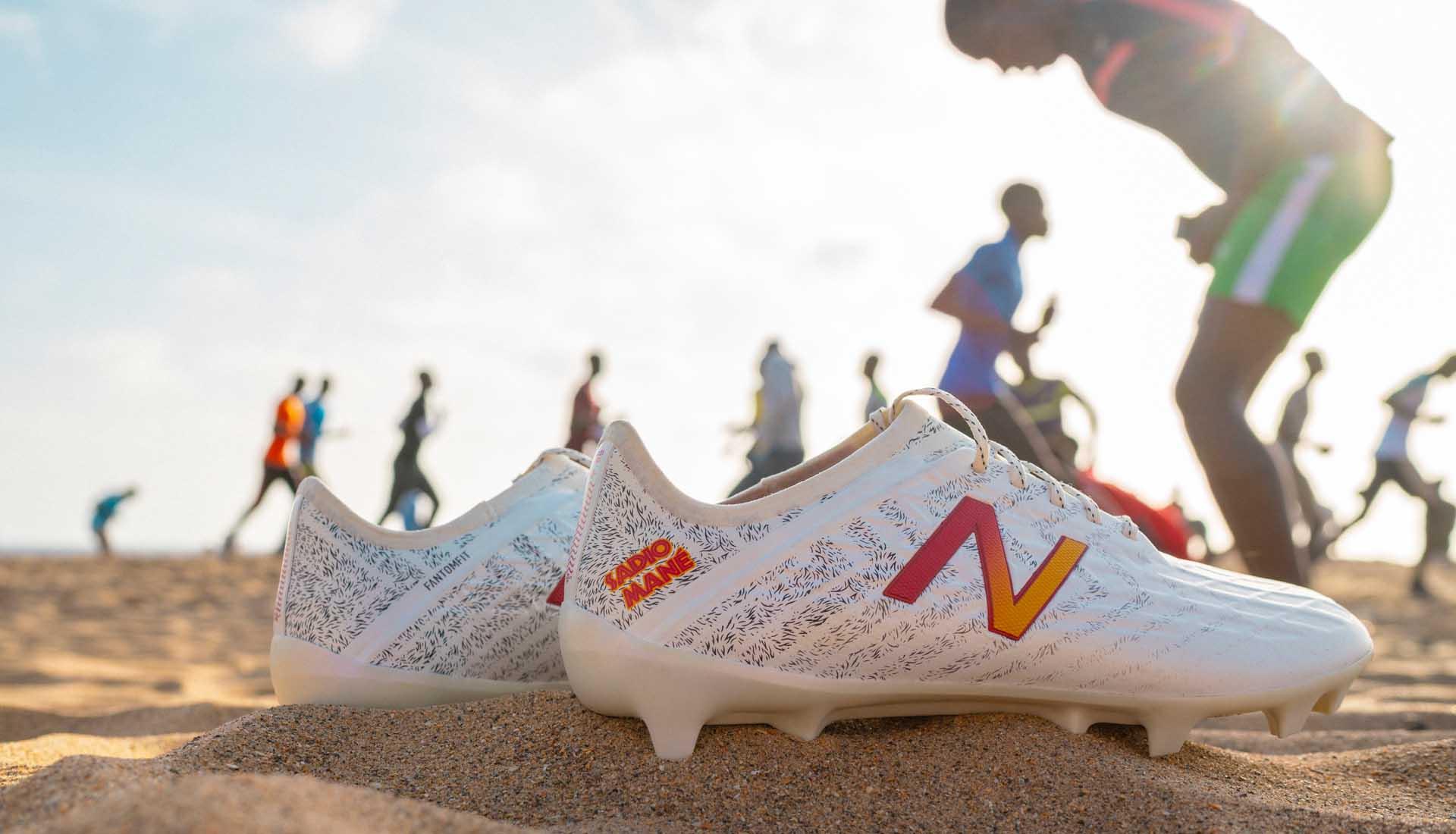 Sadio Mane đang là đại diện cho hãng giày bóng đá New Balance