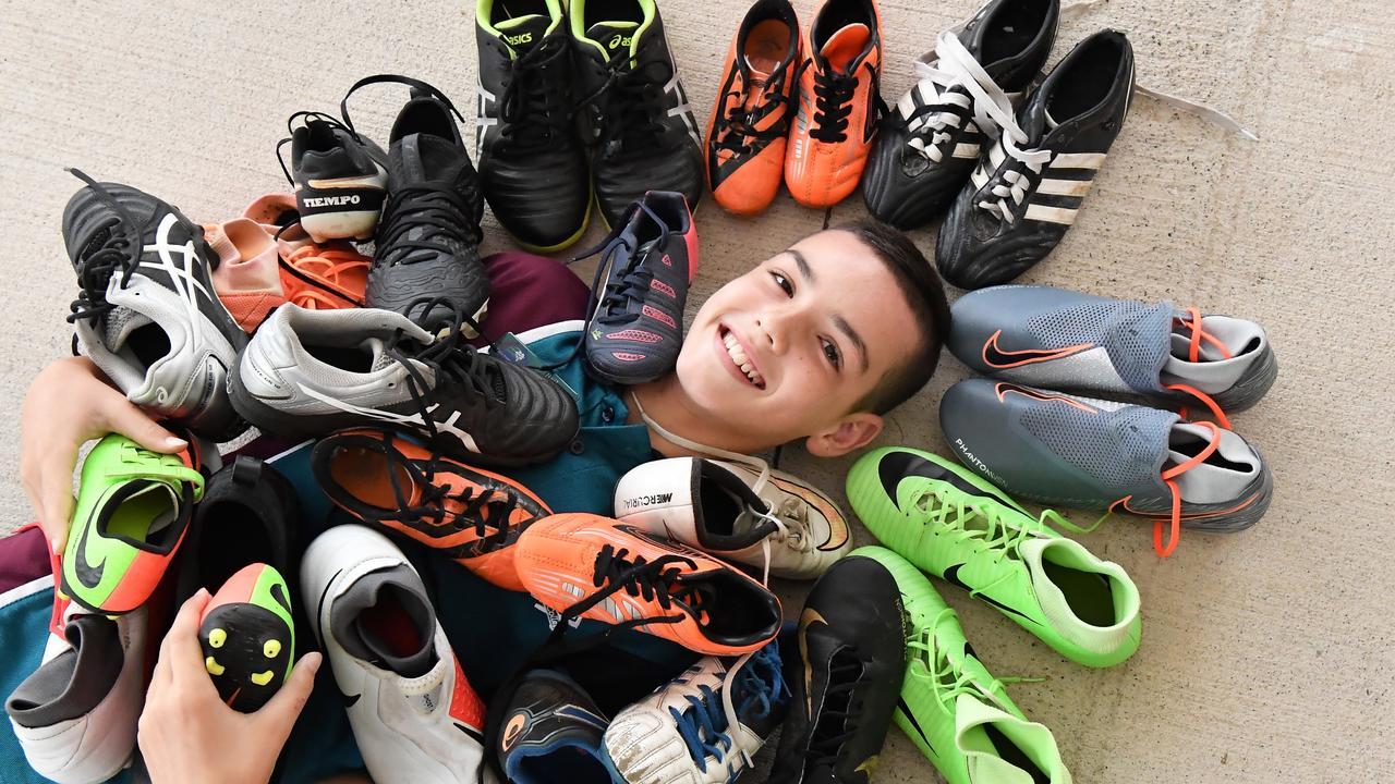 Giày đá bóng chính hãng cũ tức là giày đời cũ hoặc giày đã qua sử dụng