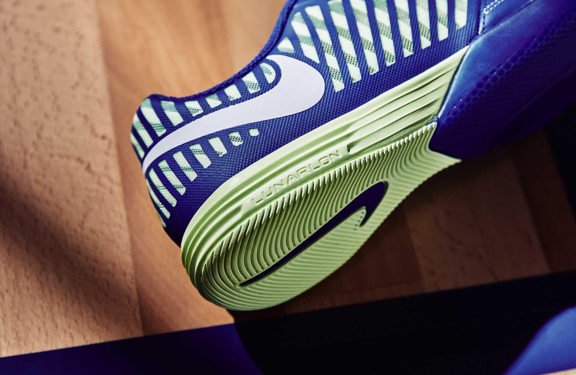 Giày bóng đá đế 2 lớp với 1 lớp Midsole đệm xốp bên trong và 1 lớp Outsole làm bằng cao su bên ngoài