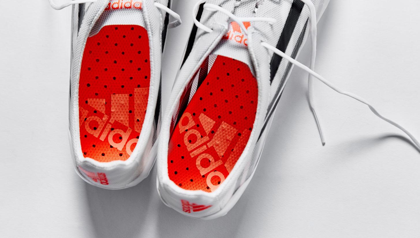 Giày đá bóng da mỏng thường có trọng lượng rất nhẹ và thật chân, cảm giác bóng tốt