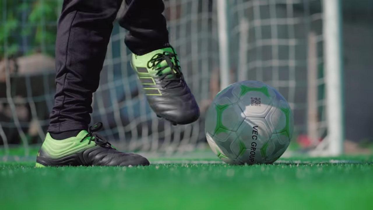 Khóa cổ chân chắc chắn giúp cú sút của bạn có lực mạnh hơn nhiều