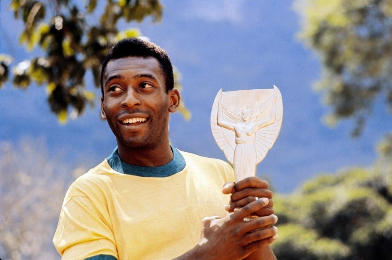 Pele được mệnh danh là vua bóng đá trở thành huyền thoại số 1 của đội tuyển Brazil và thế giới