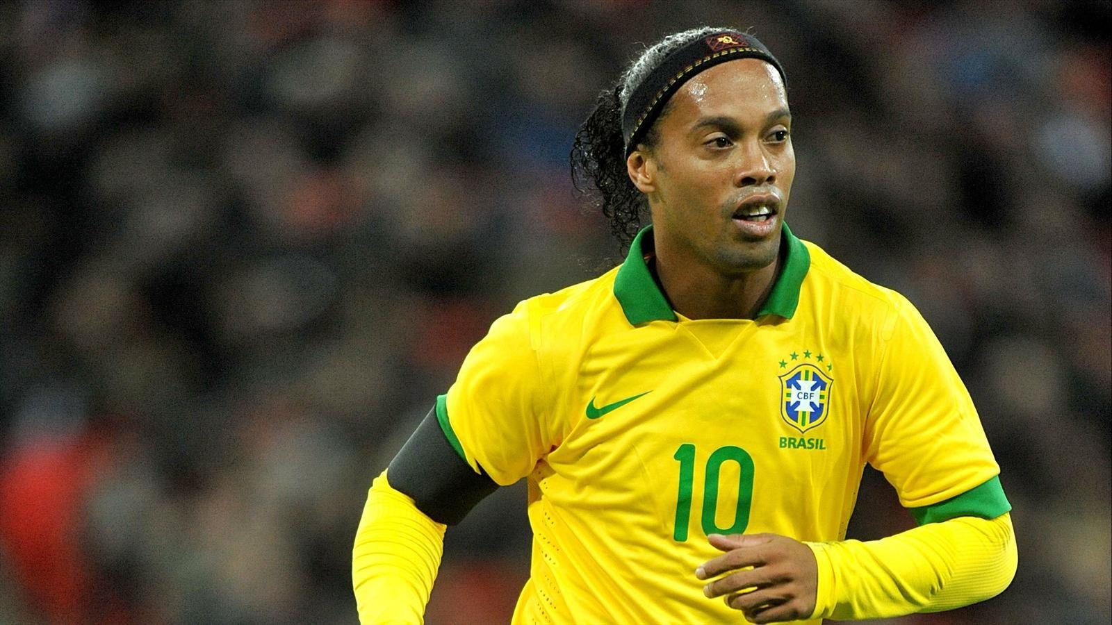 Mọi người đều yêu mến Ronaldinho vì phong cách chơi bóng như một ảo thuật gia và nụ cười luôn hé mở