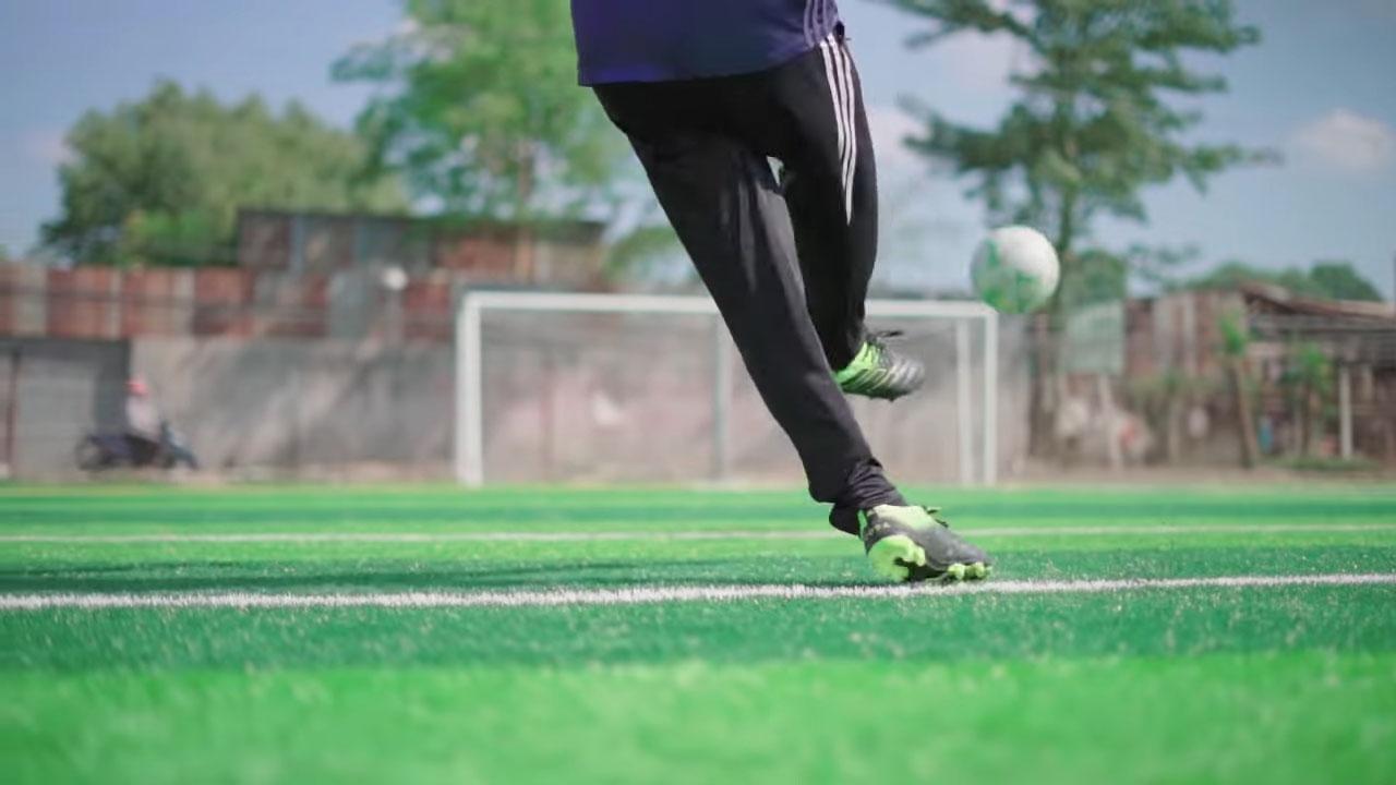 Vung chân lăng một cách mạnh mẽ, dứt khoát và điều chỉnh hướng bóng chính xác hơn