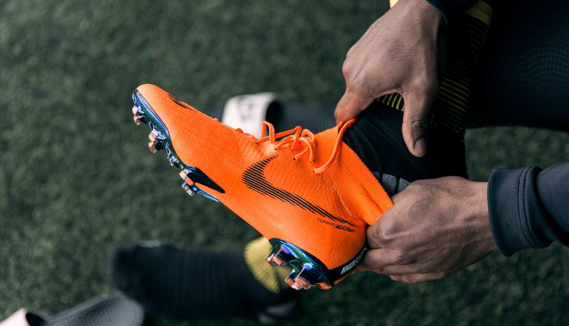 Chọn giày đá bóng sân cỏ theo vị trí