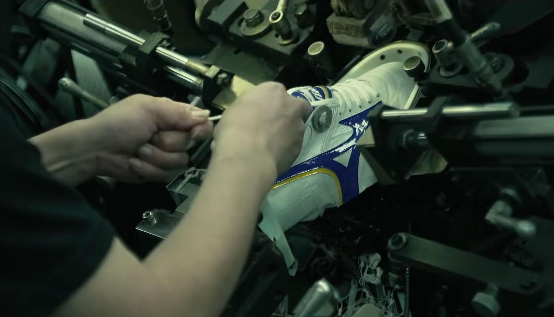 Giày đá bóng chính hãng xịn thường sản xuất với máy móc hiện đại và chất liệu rất cao cấp
